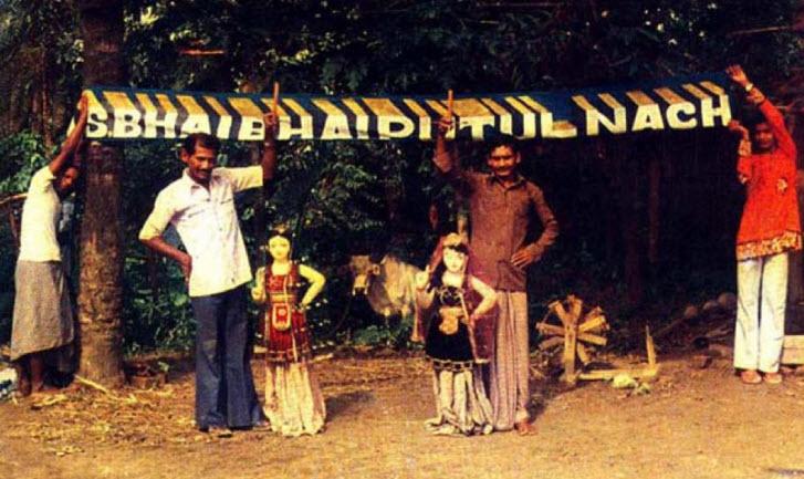 Une troupe de putul na<em>c</em>h ave<em>c</em> des marionnettes à fils grandes (Tripura, Inde). Photo réproduite avec l'aimable autorisation de Sampa Ghosh
