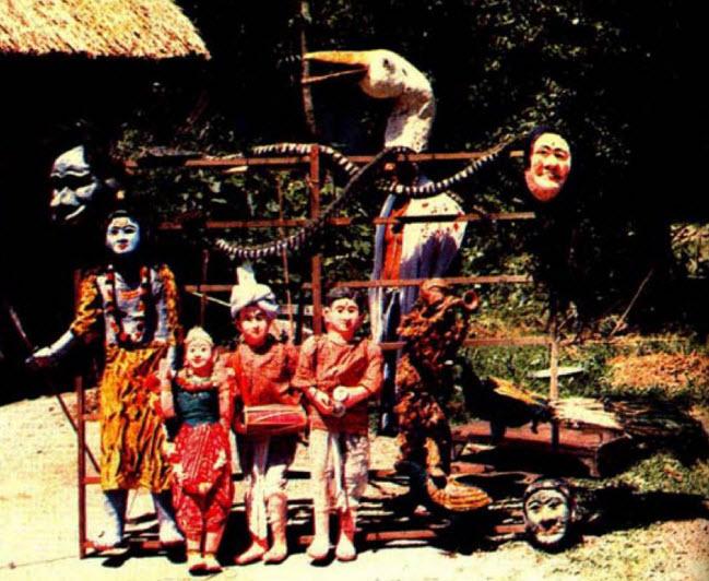 Marionnettes et masques de taille réelle du théâtre de marionnettes à fils traditionnelle, <em>laithibi jagoi</em>, de Manipur, en Inde. Photo réproduite avec l'aimable autorisation de Sampa Ghosh