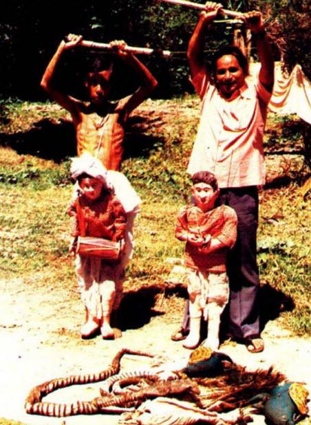 Marionnettes et marionnettistes réalisées le <em>laithibi jagoi</em>, les marionnettes à fils traditionnelles de Manipur, en Inde. Photo réproduite avec l'aimable autorisation de Sampa Ghosh