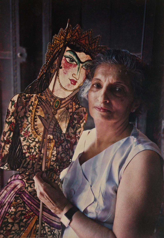 Meher Contra<em>c</em>tor, marionnettiste, dire<em>c</em>tri<em>c</em>e, artiste, enseignant et auteur d'ouvrages sur la marionnette indienne, ré<em>c</em>ipiendaire du Sangeet Natak Akademi Award pour la Marionnette (1983), ave<em>c</em> l'une des figurines d'ombre qu'elle a <em>c</em>onçues et fabriqué, influen<em>c</em>ée par le <em>tolu bommalata</em>, le théâtre d'ombres d'Andhra Pradesh, pour son spe<em>c</em>ta<em>c</em>le, <em>Rustom and Sohrab</em>, basée sur l'épopée persane, <em>Shahnameh</em>. Photo: Navroze Contractor
