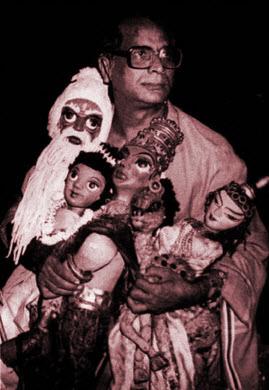 Suresh Dutta, marionnettiste indien et metteur en s<em>c</em>ène, ré<em>c</em>ipiendaire du Sangeet Natak Akademi Award pour la Marionnette (1987), ave<em>c</em> ses marionnettes. Photo réproduite avec l'aimable autorisation de Sampa Ghosh
