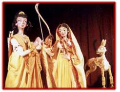Laksman, Sîtâ et le le Cerf d'or, dans un spe<em>c</em>ta<em>c</em>le de marionnettes à tiges <em>c</em>ontemporain du Râmâyana (1982) par le Cal<em>c</em>utta Puppet Theatre (Kolkata, Bengale o<em>c</em><em>c</em>idental, Inde), mise en s<em>c</em>ène : Suresh Dutta. Photo réproduite avec l'aimable autorisation de Sampa Ghosh