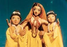 Sîtâ et ses <em>c</em>ompagnes féminines, dans un spe<em>c</em>ta<em>c</em>le de marionnettes à tiges <em>c</em>ontemporain du Râmâyana (1982) par le Cal<em>c</em>utta Puppet Theatre (Kolkata, Bengale o<em>c</em><em>c</em>idental, Inde), mise en s<em>c</em>ène : Suresh Dutta. Photo réproduite avec l'aimable autorisation de Sampa Ghosh