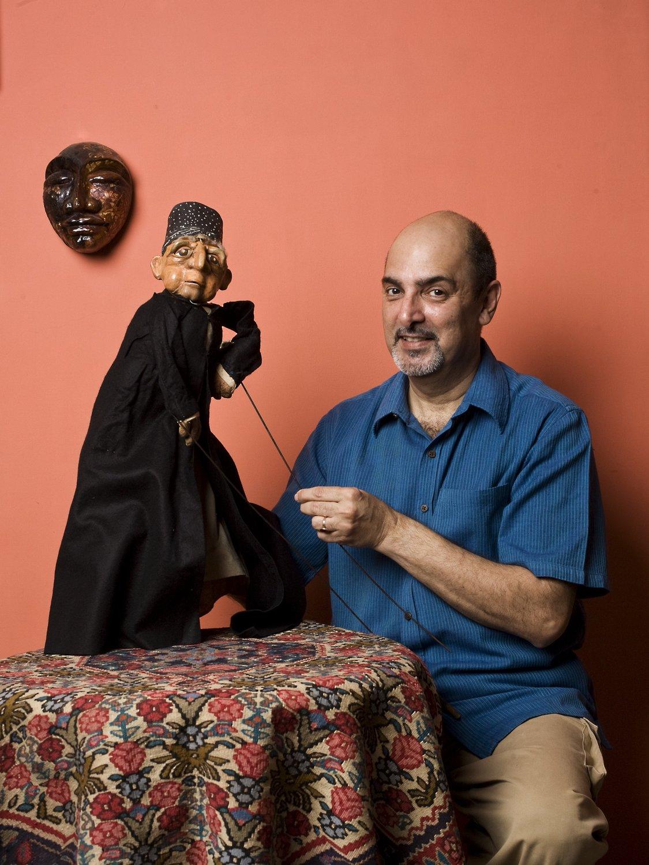 Dadi D. Pudumjee, marionnettiste indien, metteur en s<em>c</em>ène de théâtre de marionnettes et dire<em>c</em>teur de festival, ré<em>c</em>ipiendaire du prix Sangeet Natak Akademi pour la Marionnette (1992) et du Padmashree (2011), ave<em>c</em> une marionnette à tiges d'un Parsee <em>c</em>réé en 1976. Photo: Anay Maan
