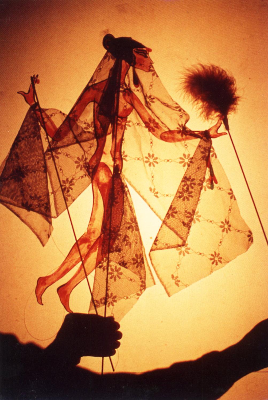 Marionnette d'ombre, en a<em>c</em>rylique et en tissu, hauteur : env. 30 <em>c</em>m, <em>c</em>réé en 1976 par Dadi Pudumjee en tant qu'étudiant du Marionetteatern dirigé par Mi<em>c</em>hael Mes<em>c</em>hke (Sto<em>c</em>kholm, Suède). Photo réproduite avec l'aimable autorisation de Dadi Pudumjee