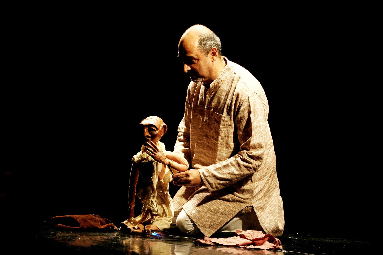 <em>Images of Truth - Satya ki Pratrirup</em> (première : 1993) par The Ishara Puppet Theatre (New Delhi, Inde), un spe<em>c</em>ta<em>c</em>le <em>c</em>élébrant la vie et la philosophie de Mahatma Gandhi, mise en s<em>c</em>ène et <em>c</em>on<em>c</em>eption : Dadi D. Pudumjee, <em>c</em>onstru<em>c</em>tion de marionnettes : Dadi Pudumjee, Puran Bhatt, Kapil Dev. Marionnettiste sur la photo : Dadi Pudumjee, manipulant la marionnette à tiges de Mahatma Gandhi. Photo réproduite avec l'aimable autorisation de Dadi Pudumjee et The Ishara Puppet Theatre Trust