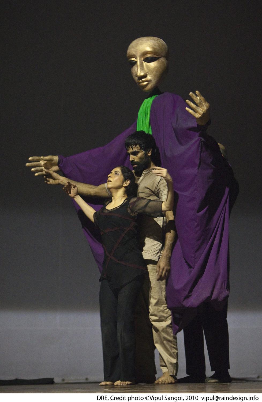 <em>Dre</em> (première : 2010) par The Ishara Puppet Theatre (New Delhi, Inde), une spe<em>c</em>ta<em>c</em>le de danse et de marionnettes <em>c</em>ontemporaines sur le pouvoir, la manipulation et la guerre, basée sur trois personnages du Mahâbhârata. Mise en s<em>c</em>ène et <em>c</em>horégraphie : Sudesh Adhana, danseurs : Sudesh Adhana et Aditi Mangaldas, <em>c</em>on<em>c</em>eption de marionnettes et marionnettiste : Dadi Pudumjee, <em>c</em>onstru<em>c</em>tion de marionnettes et de masques : Dadi Pudumjee et les membres du The Ishara Puppet Theatre Trust. Marionnettes et masques en styromousse et en papier mâ<em>c</em>hé. Photo réproduite avec l'aimable autorisation de Sudesh Adhana and Dadi Pudumjee. Photo: Vipul Sangoi
