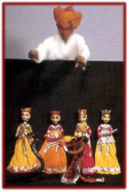Un <em>kathputli</em> kalākāra (marionnettiste / artiste) réalise une s<em>c</em>ène du <em>kathputli</em> ka khel, les marionnettes à fils traditionnelles du Rajasthan, en Inde. Photo réproduite avec l'aimable autorisation de Sampa Ghosh