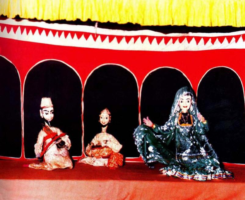 Deux musi<em>c</em>iens et la danseuse Anarkali réalisent dans une s<em>c</em>ène de danse. Kathputli, marionnettes à fils traditionnelles du Rajasthan, en Inde. Photo réproduite avec l'aimable autorisation de Sampa Ghosh