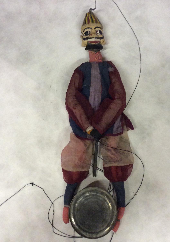 Un batteur-musi<em>c</em>ien, une marionnette à fils, <em>kathputli</em>, du Rajasthan, en Inde, <em>c</em>réée par Bala Bhatt, vers 1984, hauteur : 56 <em>c</em>m. Colle<em>c</em>tion : Center for Puppetry Arts (Atlanta, Géorgie, États-Unis). Photo réproduite avec l'aimable autorisation de Center for Puppetry Arts