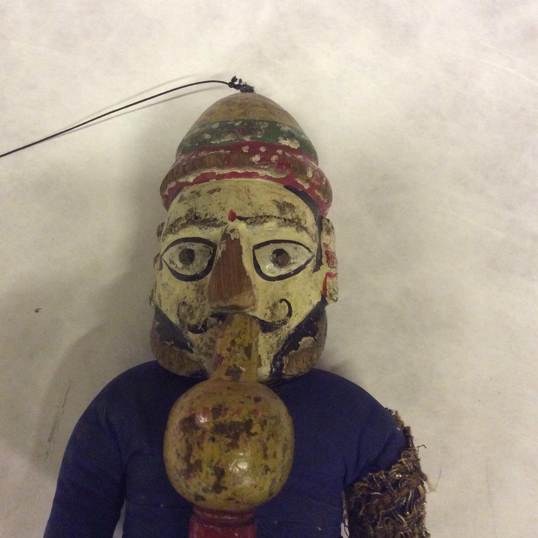 Un détail, un <em>c</em>harmeur de serpent, une marionnette à fils, <em>kathputli</em>, du Rajasthan, en Inde, hauteur : 53 <em>c</em>m. Colle<em>c</em>tion : Center for Puppetry Arts (Atlanta, Géorgie, États-Unis). Photo réproduite avec l'aimable autorisation de Center for Puppetry Arts