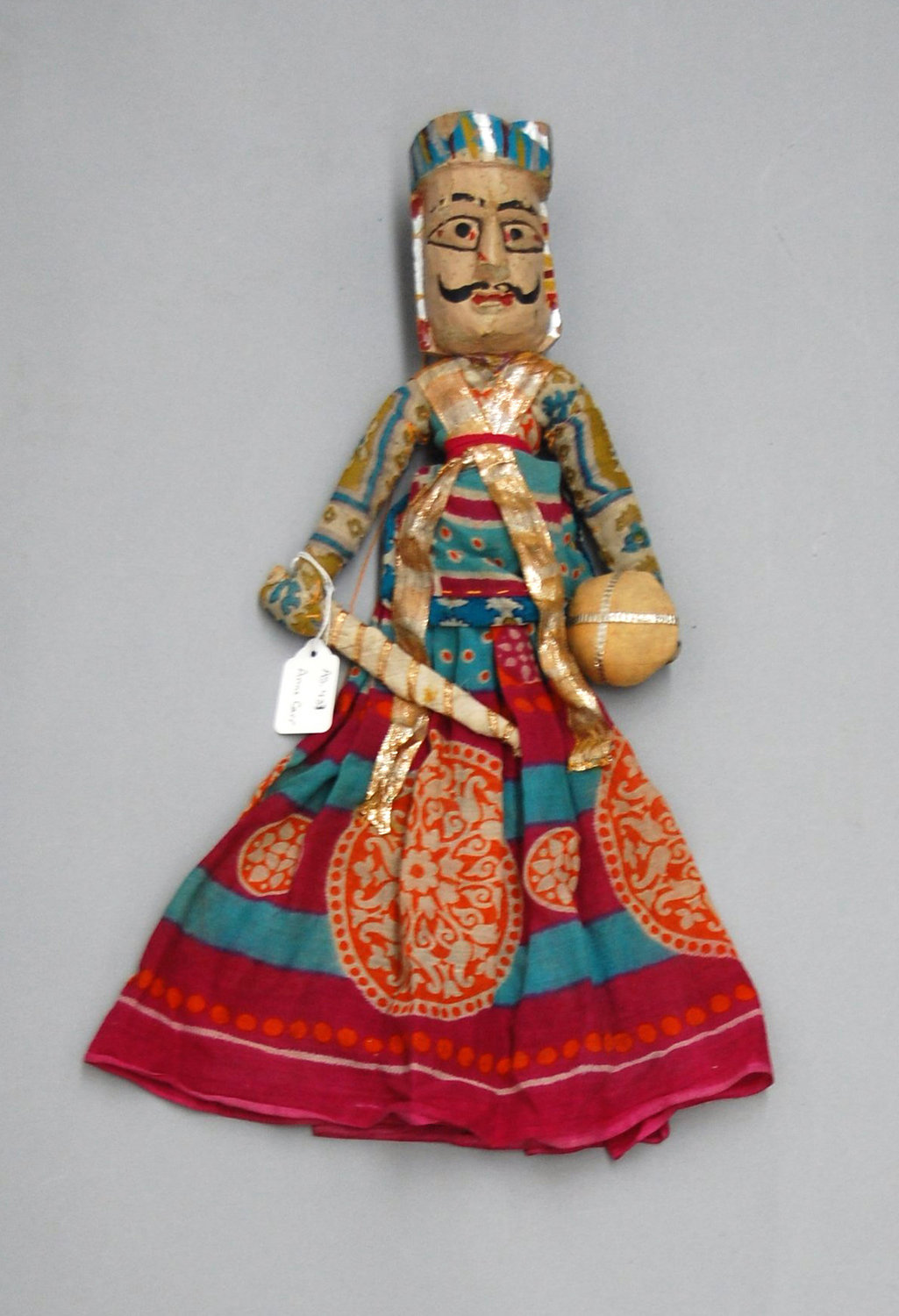 Un guerrier rajasthani, une marionnette à fils, <em>kathputli</em>, du Rajasthan, en Inde, hauteur: 46 <em>c</em>m. Colle<em>c</em>tion : Center for Puppetry Arts (Atlanta, Géorgie, États-Unis). Photo réproduite avec l'aimable autorisation de Center for Puppetry Arts