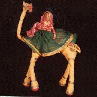 Une femme du Rajasthan montée sur un <em>c</em>hameau, une marionnette à fils, <em>kathputli</em>, du Rajasthan, en Inde, hauteur : 46 <em>c</em>m. Colle<em>c</em>tion : Center for Puppetry Arts (Atlanta, Géorgie, États-Unis). Photo réproduite avec l'aimable autorisation de Center for Puppetry Arts