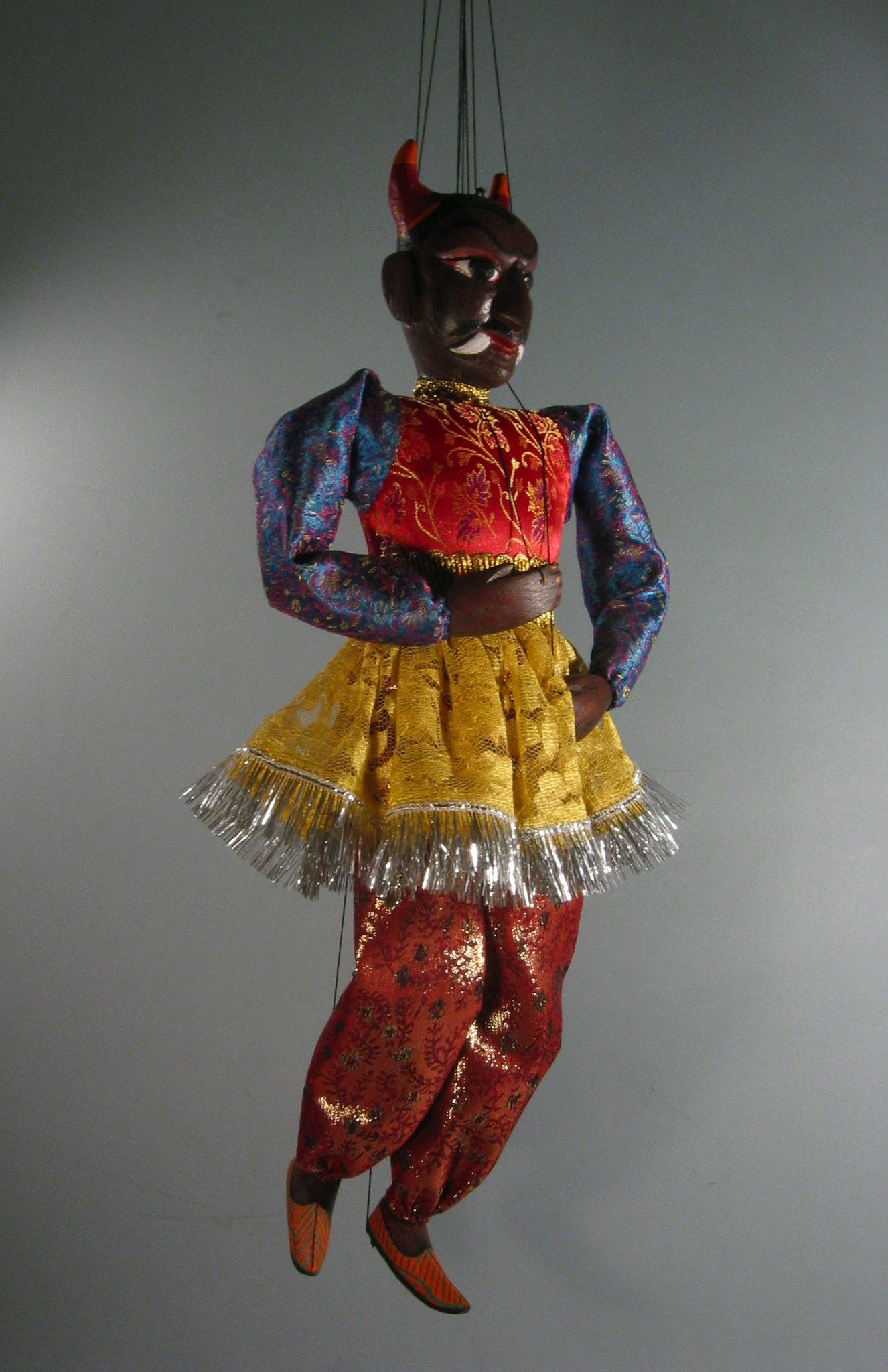 Un <em>jadugar</em> (magi<em>c</em>ien), une marionnette à subterfuge qui jongle ave<em>c</em> sa propre tête, <em>c</em>réé par Puran Bhatt (Delhi, Inde, 2003). Kathputli, hauteur: 59 <em>c</em>m. Colle<em>c</em>tion : Center for Puppetry Arts (Atlanta, Géorgie, États-Unis). Photo réproduite avec l'aimable autorisation de Center for Puppetry Arts