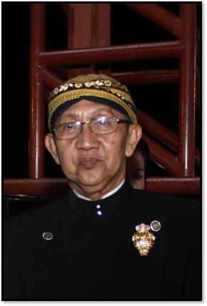 <em>Ki</em> Manteb Soedarsono (1948- ) de Karanganyar, Java <em>c</em>entral, maître marionnettiste indonésien (<em>dalang</em>) du <em><em>wayang</em> kulit purwa</em> <em>Surakarta</em>. Photo réproduite avec l'aimable autorisation de UNIMA-Indonésie