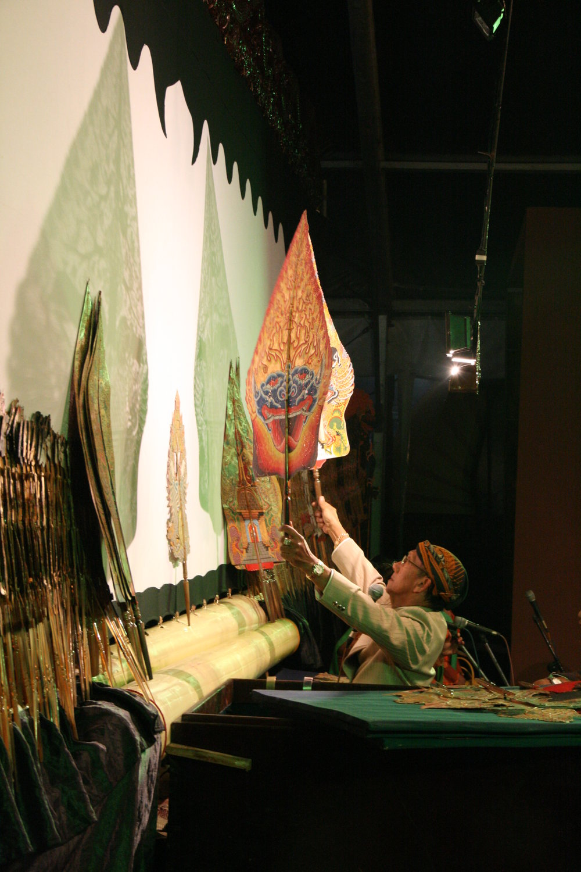<em>Ki</em> Manteb Soedarsono interprète le <em><em>wayang</em> kulit purwa</em> <em>Surakarta</em>. Photo: Sumari