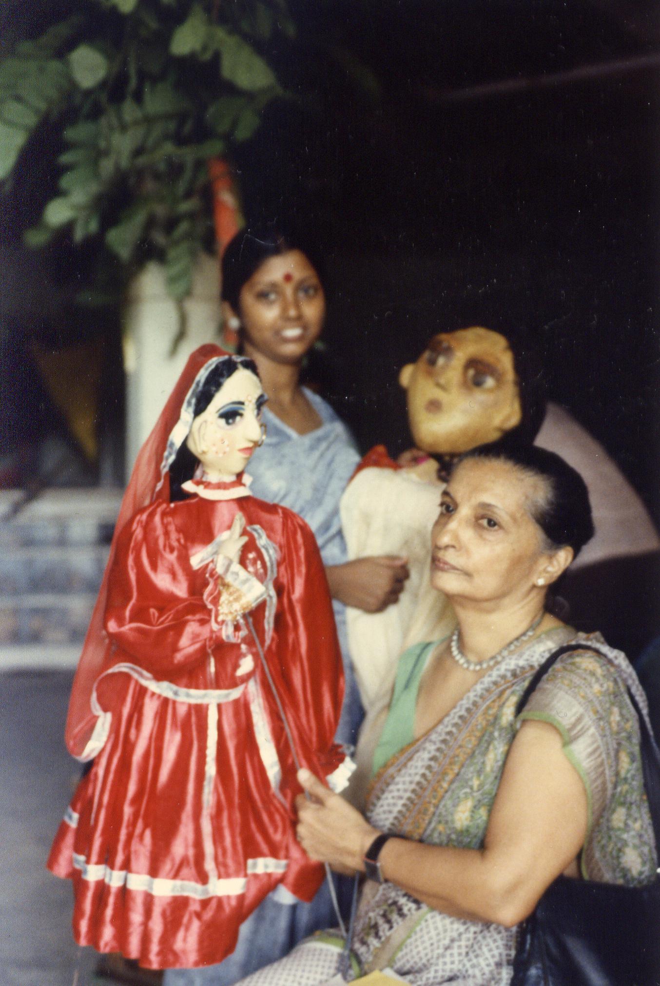 Meher Contra<em>c</em>tor ave<em>c</em> l'une de ses marionnettes à tiges (milieu des années 1980). Photo: Karen Smith