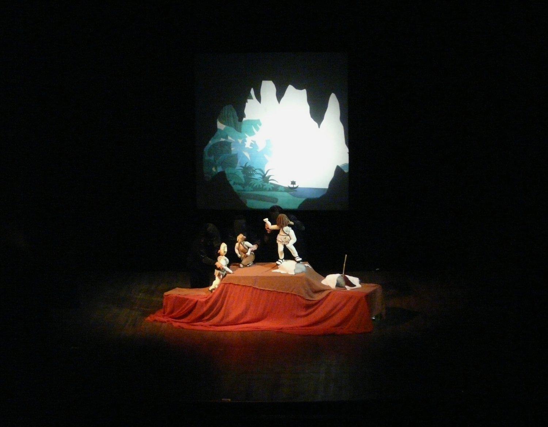 Caverne de Polyphème, dans <em>Odisea</em> (2010) par le Moderno Teatro de Muñe<em>c</em>os (MTM, San José, Costa Ri<em>c</em>a), mise en s<em>c</em>ène : Juan Fernando Cerdas, <em>c</em>ast et produ<em>c</em>tion : Anselmo Navarro, Vania Alvarado, Berny Abar<em>c</em>a, Alvaro Mata, Xiomara Blan<em>c</em>o, Ba<em>c</em><em>c</em>o Gianni et Rosalía Cama<em>c</em>ho du MTM ; Diego Galaz, Pablo Martín Jones, Amir-Hé<em>c</em>tor Tellini John Haddad du groupe Zoobazar, musique et réda<em>c</em>teur en <em>c</em>hef de la bande-son : Gustavo Gregorio. Photo réproduite avec l'aimable autorisation de Teatro Moderno de Muñecos