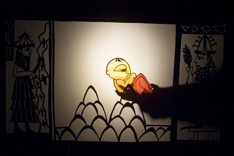 <em>Amanili Sings, a Mesopotamian lullaby</em> (2004) par Train Theater à Jérusalem, mise en s<em>c</em>ène, s<em>c</em>énographie, texte, <em>c</em>onstru<em>c</em>tion, marionnettiste : Patri<em>c</em>ia O'Donovan, musique : Yarden Erez. Théâtre d'ombres. Photo réproduite avec l'aimable autorisation de Patricia O'Donovan. Photo: Yonatan Tzur