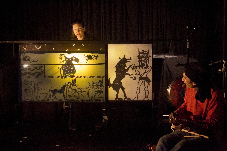 Munawirtum, la sage-femme de Mésopotamie, dans <em>Amanili Sings, a Mesopotamian lullaby</em> (2004) par Train Theater à Jérusalem, mise en s<em>c</em>ène, s<em>c</em>énographie, texte, <em>c</em>onstru<em>c</em>tion, marionnettiste : Patri<em>c</em>ia O'Donovan, musique : Yarden Erez. Théâtre d'ombres, hauteur : 25-30 <em>c</em>m. Photo réproduite avec l'aimable autorisation de Patricia O'Donovan. Photo: Yonatan Tzur