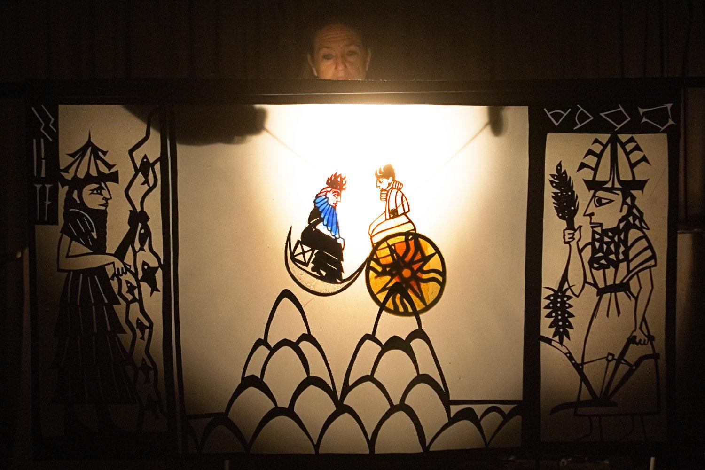 Sin le Dieu de Lune et Shamash le Dieu de Soleil, dans <em>Amanili Sings, a Mesopotamian lullaby</em> (2004) par Train Theater à Jérusalem, mise en s<em>c</em>ène, s<em>c</em>énographie, texte, <em>c</em>onstru<em>c</em>tion, marionnettiste : Patri<em>c</em>ia O'Donovan, musique : Yarden Erez. Théâtre d'ombres. Photo réproduite avec l'aimable autorisation de Patricia O'Donovan. Photo: Yonatan Tzur