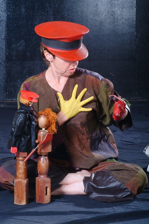 L'a<em>c</em>tri<em>c</em>e / <em>c</em>onteuse / marionnettiste et les marionnettes des parents de Hanna, Ian et Paula, dans Ian's Daughter / Passé Composé (2001) par Train Theater à Jérusalem, mise en s<em>c</em>ène, s<em>c</em>énographie, texte, <em>c</em>onstru<em>c</em>tion, marionnettiste : Patri<em>c</em>ia O'Donovan, musique : Yarden Erez. Objets, manipulation dire<em>c</em>te, art <em>c</em>orporel. Marionnettes de bois, hauteur : 40 <em>c</em>m. Photo réproduite avec l'aimable autorisation de Patricia O'Donovan. Photo: Eldad Maestro