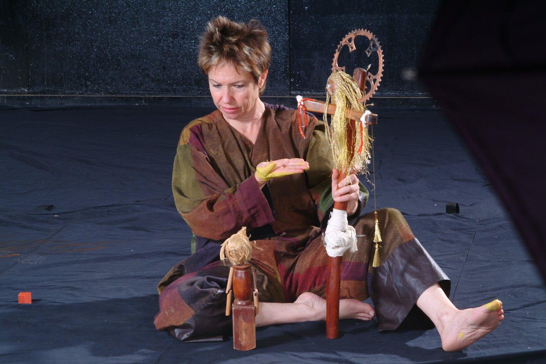 L'a<em>c</em>tri<em>c</em>e / <em>c</em>onteuse / marionnettiste et les figurines de Hanna et Jesus, dans Ian's daughter / Passé Composé (2001) par Train Theater à Jérusalem, mise en s<em>c</em>ène, s<em>c</em>énographie, texte, <em>c</em>onstru<em>c</em>tion, marionnettiste : Patri<em>c</em>ia O'Donovan, musique : Yarden Erez. Objets, manipulation dire<em>c</em>te, ombres, art <em>c</em>orporel. Marionnettes de bois, hauteur : 25-50 <em>c</em>m. Photo réproduite avec l'aimable autorisation de Patricia O'Donovan. Photo: Eldad Maestro