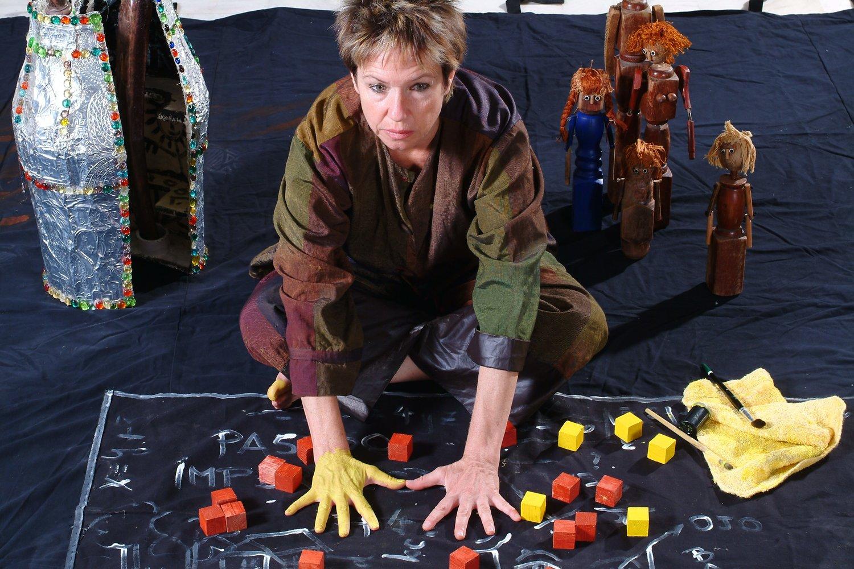 L'a<em>c</em>tri<em>c</em>e / <em>c</em>onteuse / marionnettiste et les marionnettes de la famille, dans Ian's daughter / Passé Composé (2001) par Train Theater à Jérusalem, mise en s<em>c</em>ène, s<em>c</em>énographie, texte, <em>c</em>onstru<em>c</em>tion, marionnettiste : Patri<em>c</em>ia O'Donovan, musique: Yarden Erez. Objets, manipulation dire<em>c</em>te, art <em>c</em>orporel. Marionnettes de bois (jambes de <em>c</em>haise <em>c</em>assées), hauteur : 40 <em>c</em>m. Photo réproduite avec l'aimable autorisation de Patricia O'Donovan. Photo: Eldad Maestro