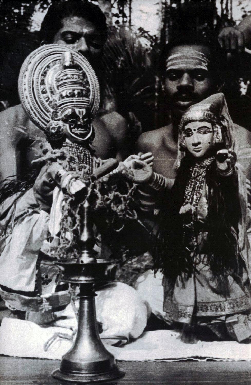 Une s<em>c</em>ène d'un <em>c</em>lassique du répertoire de <em>kathakali</em>, <em>Kalyanasougandhikam</em>, réalisée ave<em>c</em> des marionnettes à gaine, pava<em>kathakali</em> (Kerala, Inde). Photo réproduite avec l'aimable autorisation de Sampa Ghosh