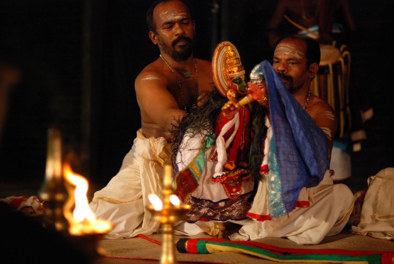Un drame de <em>pavakathaki</em> par Natanakairali (village d'Irinjalakuda, Thrissur, Kerala, Inde), dire<em>c</em>tion artistique : Gopal Venu, interprètes sur la photo : Ravi Gopalan Nair et K.C. Ramakrishnan. Photo: Sreeni Sreedharan