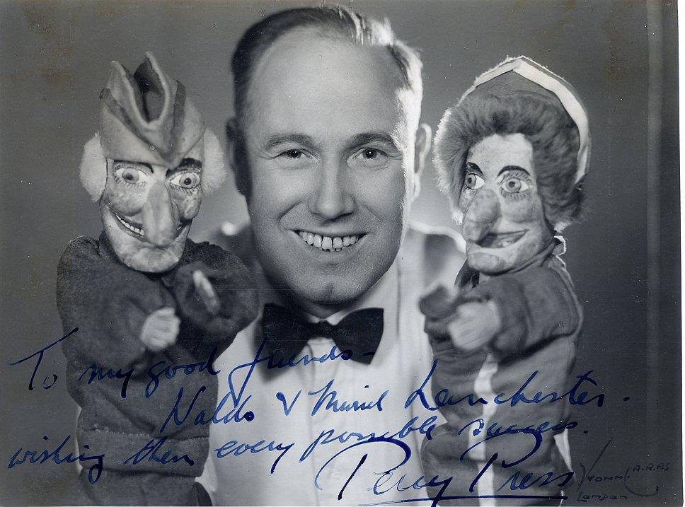 Per<em>c</em>y Press I (1902-1980), « Pun<em>c</em>h Professor », ave<em>c</em> Pun<em>c</em>h et Judy. Marionnettes à gaine. Colle<em>c</em>tion : The National Puppetry Ar<em>c</em>hive