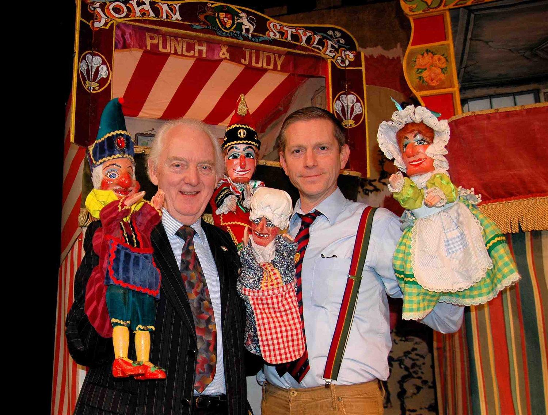 Les « Professors » du <em>Pun<em>c</em>h and Judy</em> College of Professors, John et Robert Styles, <em>c</em>ha<em>c</em>un ave<em>c</em> leur Pun<em>c</em>h et Judy (mai 2012). Photo réproduite avec l'aimable autorisation de Glyn Edwards