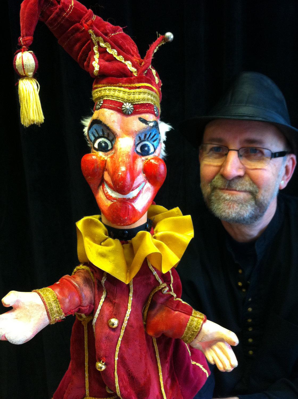 <em>The Hysteri<em>c</em>al Mystery and Mythi<em>c</em>al History of <em>Pun<em>c</em>h and Judy</em></em> (1979) par le Hand to Mouth Theatre (New Forest, Royaume-Uni), mise en s<em>c</em>ène : Mr Pun<em>c</em>h, <em>c</em>on<em>c</em>eption et fabri<em>c</em>ation de marionnettes : Martin Bridle et Su Eaton, marionnettiste sur la photo : Martin Bridle. Marionnette à gaine. Photo: Su Eaton