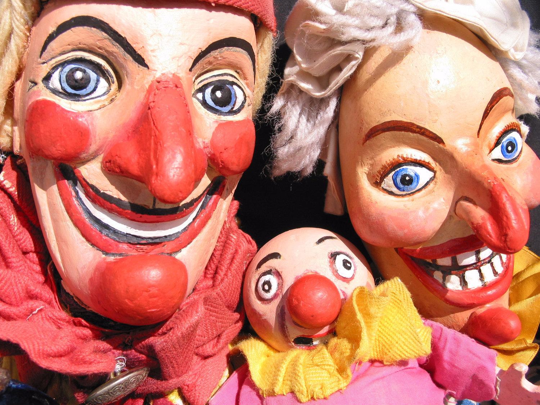 Pun<em>c</em>h, Judy et Baby dans <em>Pun<em>c</em>h and Judy</em> (1979, 1990) par Storybox Theatre (Bristol, Royaume Uni), mise en s<em>c</em>ène : Tanya Landman, <em>c</em>on<em>c</em>eption et fabri<em>c</em>ation de marionnettes : Rod Burnett, marionnettiste : Rod Burnett. Marionnettes à gaine, hauteur : 50 <em>c</em>m. Photo: Rod Burnett