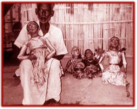 Un marionnettiste de putul na<em>c</em>h ave<em>c</em> ses marionnettes. Marionnettes à fils de Tripura, en Inde. Photo réproduite avec l'aimable autorisation de Sampa Ghosh