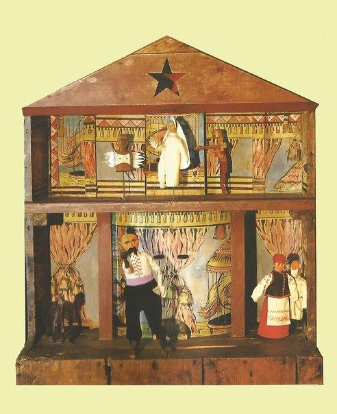 Boîte-théâtre en bois et marionnettes d'un vertep de style Kupyansky (1828, village de Bohodukhiv, Kupyansk, l'oblast de Kharkiv, l'est de l'Ukraine). Texte, mise en s<em>c</em>ène, <em>c</em>on<em>c</em>eption et <em>c</em>onstru<em>c</em>tion de marionnettes, manipulation : Ivan Knyshevsky. Marottes, en bois et en tissu (étage supérieur, de gau<em>c</em>he à droite) : deux Anges, Mort ; (plan<em>c</em>her inférieur, de gau<em>c</em>he à droite) : Chèvre, Cosaque, Vieille femme, Vieil homme (Baba, Did). Colle<em>c</em>tion : Musée d'Etat de Théâtre, Musique et Cinéma d'Ukraine (Kyiv). Photo: V. Varshavets