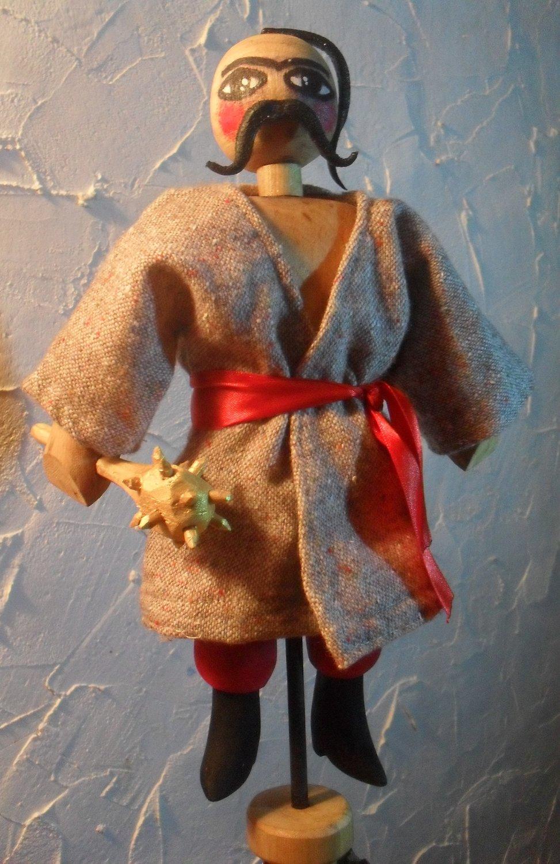Cosaque (2015), le personnage prin<em>c</em>ipal de la Nativité folklorique ukrainienne, le vertep. Constru<em>c</em>tion de marionnettes : Vasyl Vyhodtsevski. Marotte en bois et tissu ave<em>c</em> tige de fer, hauteur : 24 <em>c</em>m. Photo: Vasyl Vykhodtsevskyi