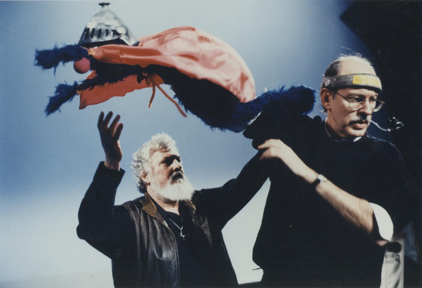 Frank Oz (à droite) interprète Super Grover avec Jon Stone (à gauche), metteur en scène de <em>Sesame Street</em>, 1995. Photo : Richard Termine. © Sesame Workshop