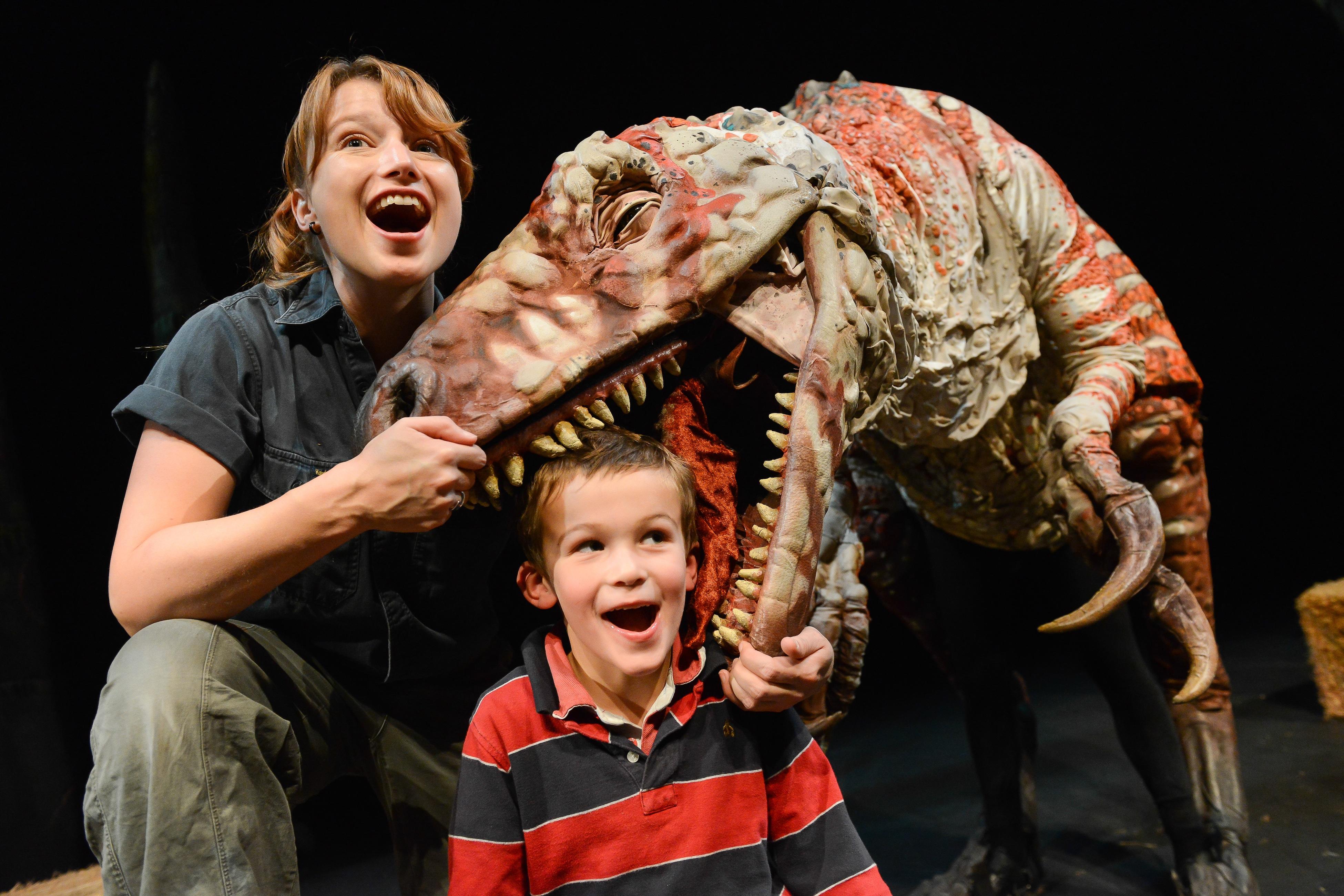 Australovenator, dans <em>Erth's Dinosaur Zoo</em> (2010) par Erth Visual & Physical Inc. (Sydney, Nouvelle-Galles du Sud, Australie), mise en scène : Scott Wright, scénographie / fabrication de marionnettes : Erth Workshop, comédienne / marionnettiste sur la photo : Lindsay Chaplin