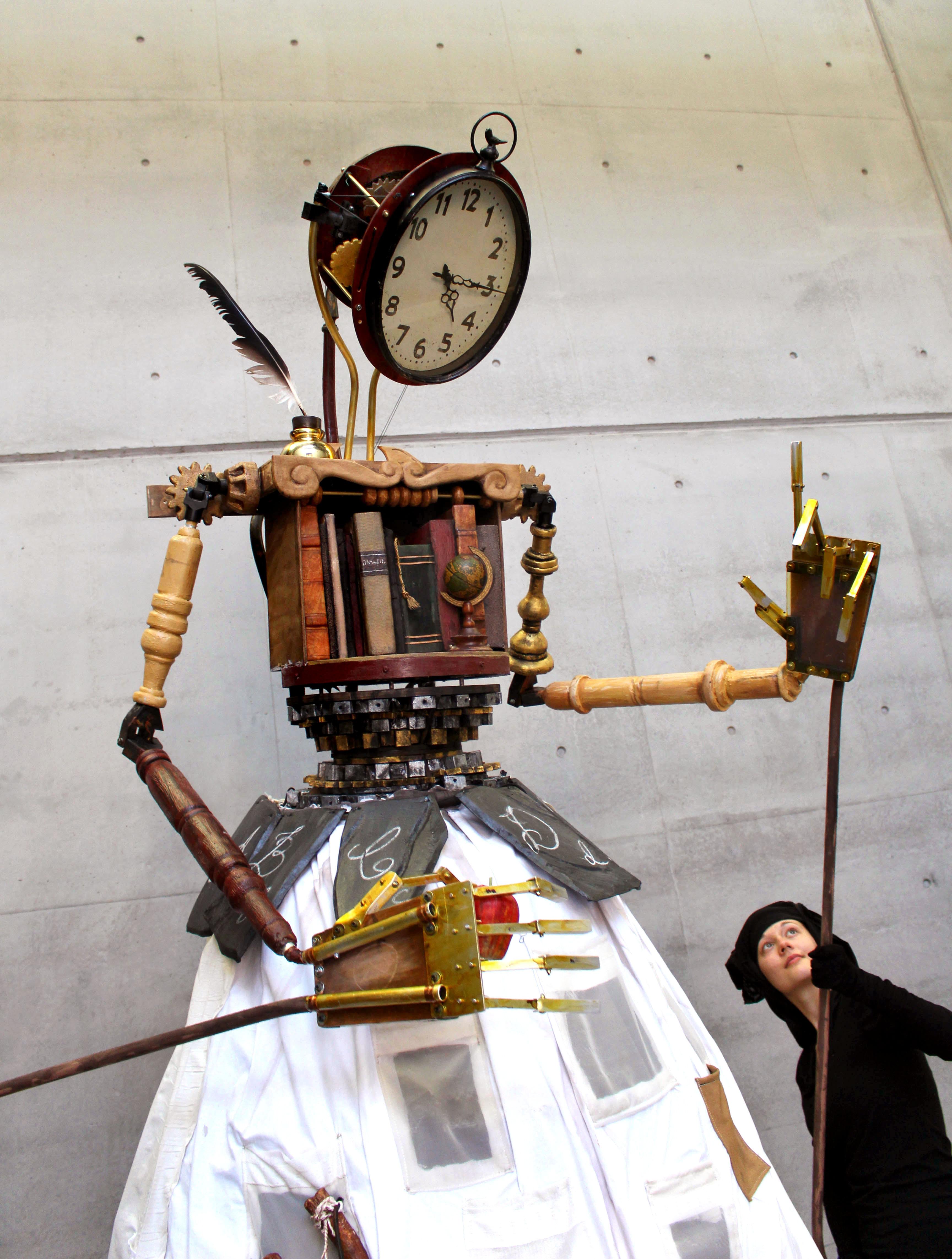 School Mistress (Maîtresse d'école), dans <em>Hearts of Gold</em> (2014) par Erth Visual & Physical Inc. (Sydney, Nouvelle-Galles du Sud, Australie), mise en scène : Scott Wright, scénographie / fabrication de marionnettes : Erth Workshop, marionnettiste sur la photo : Gabrielle Paananen