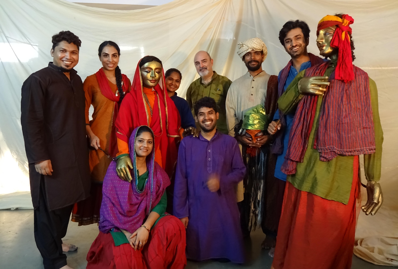 Le casting et les marionnettes de <em>Heer ke Waris</em> (première : 2017) par The Ishara Puppet Theatre Trust (New Delhi, Inde), adaptation du roman tragique punjabi par Waris Shah racontant l'histoire des amants maudits, Heer et Ranjha. Mise en scène et conception : Dadi D. Pudumjee, texte : Maheep Singh, marionnettistes : Pawan Waghmere, Kumari Yadav, Vivek Kumar, Mohammad Shameem, acteurs : Puneet Sikka, Dinker Sharma, Nitu Kumari, musique : Harpreet, création lumière : Rishab <em>Sri</em>vastava, construction des marionnettes et des accessoires : membres d'Ishara. Grandes marionnettes à tiges, ombres, acteurs, masques et projections.