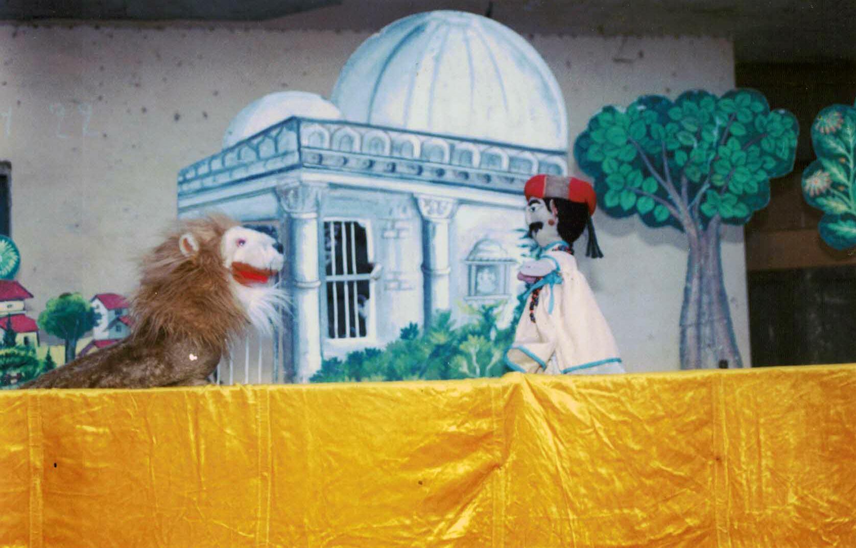 Lion et homme, marionnettes à gaine d'une histoire de Panchatantra par Mahipat Kavi, marionnettiste gujarati contemporain et directeur de Puppets & Plays, récipiendaire du Sangeet Natak Akademi Award pour la Marionnette