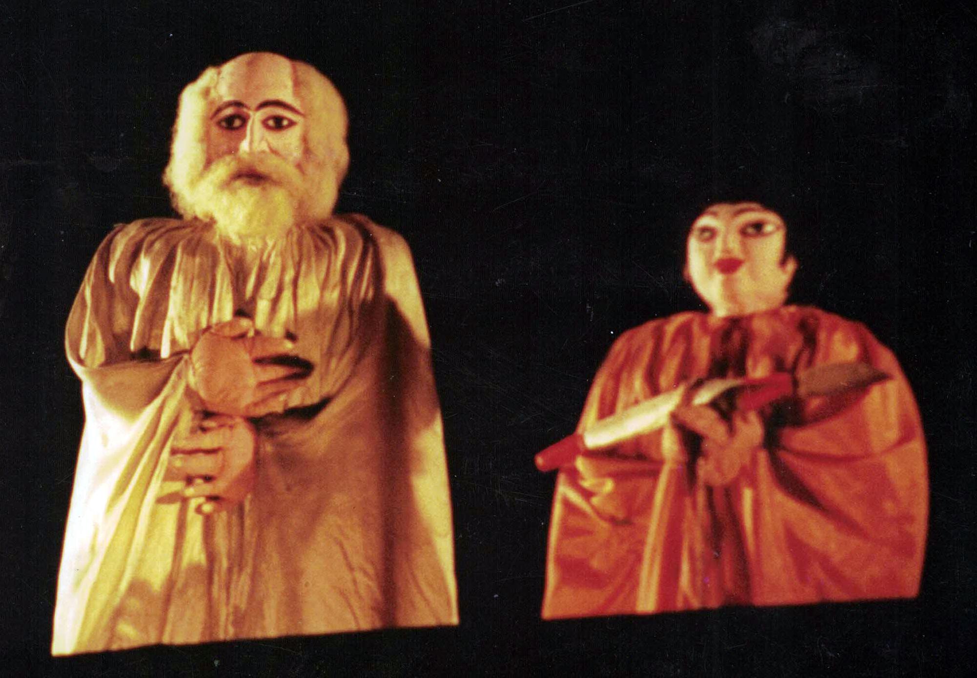 Une scène dans un spectacle du People's Puppet Theatre (Kolkata, Bengale occidental) dirigée par Hiren Bhattacharya, le récipiendaire du prix Sangeet Natak Akademi pour la Marionnette en 2001. Marionnettes à tiges