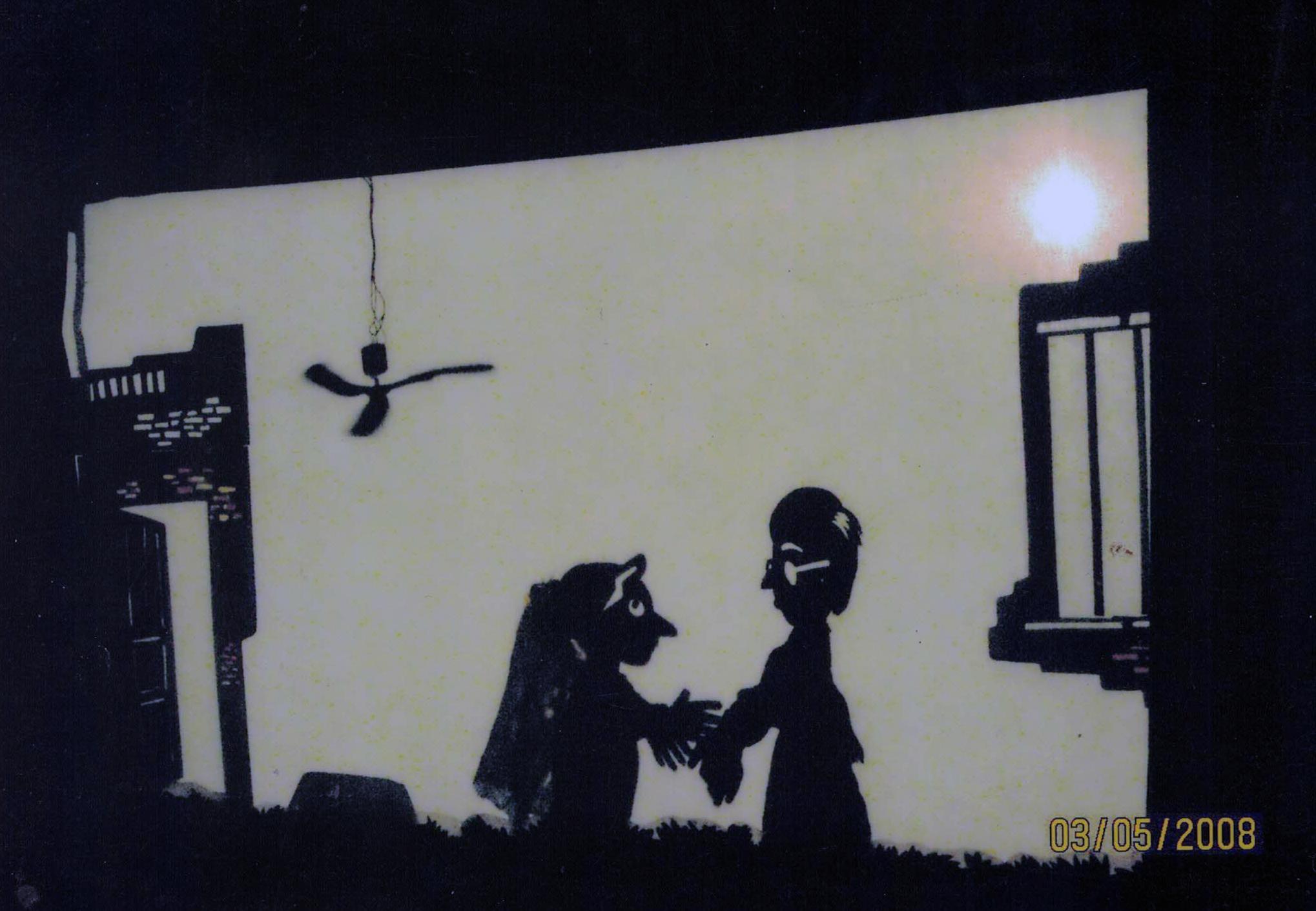 Scène dans un spectacle de théâtre d'ombres par Simple Puppet Theatre (Kolkata, Bengale occidental), mise en scène et conception : Swapna Sen, construction et manipulation de marionnettes : Swapna Sen, Sukalyani Paul, Alok Som et Amar Naskar