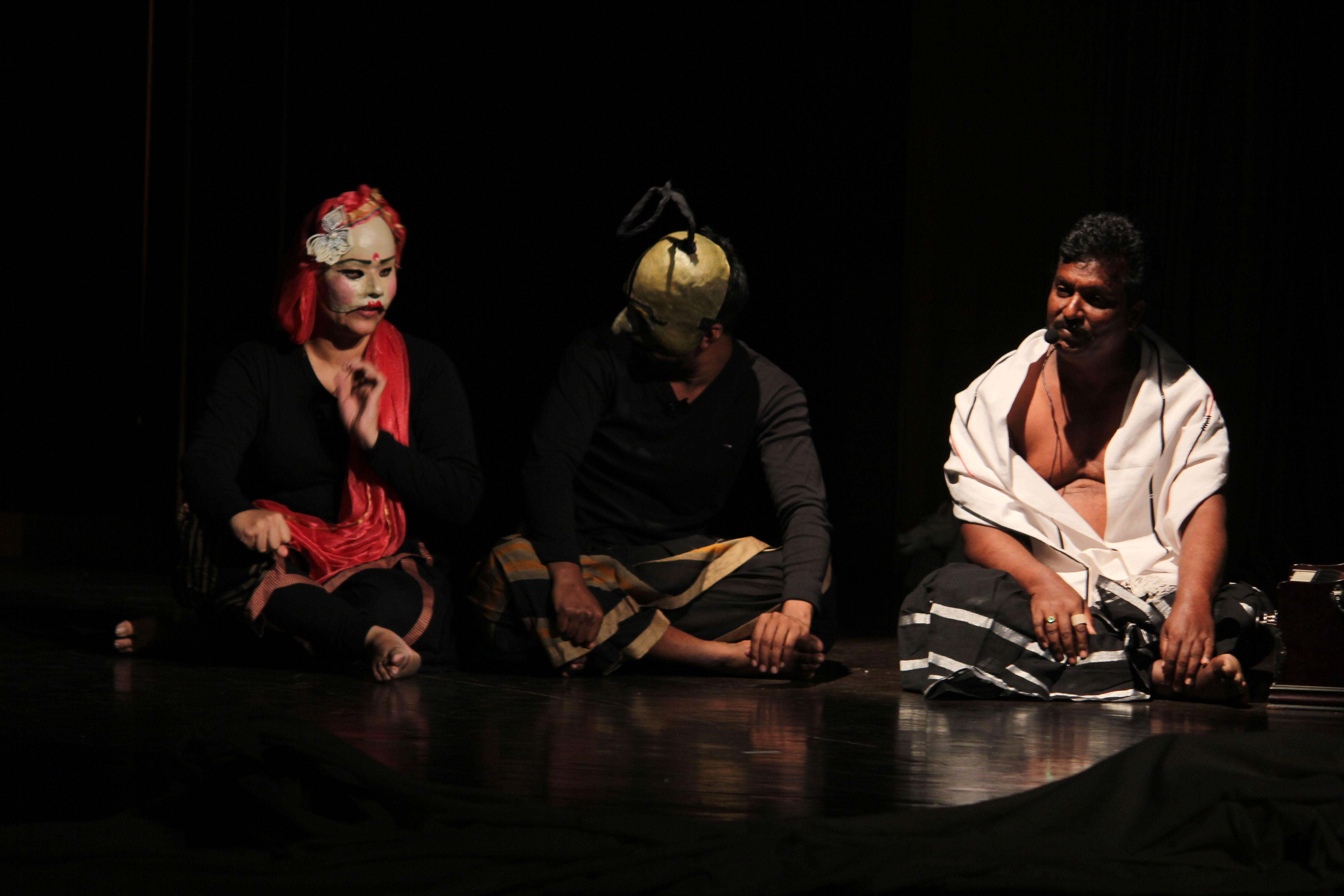 <em>Mahabharata</em> par Katkatha (New Delhi), un spectacle qui explore le dilemme intérieur et les passés de quatorze personnages archétypiques dans l'épopée et pose la question : quelqu'un aurait-il évité la guerre apocalyptique ? Concept et mise en scène : Anurupa Roy, texte : Anamika Mishra, chorégraphie : Avinash Kumar, musique : Suchet Malhotra, éclairage : Milind Shrivastava, construction de marionnettes : Mohammad Shameem, Asha, Anurupa Roy, marionnettistes : Mohammad Shameem, Vivek Kumar, Anurupa Roy, Avinash Kumar, Gunduraju. Théâtre d'ombres, marionnettes à tiges, marionnettes à gaine, masques