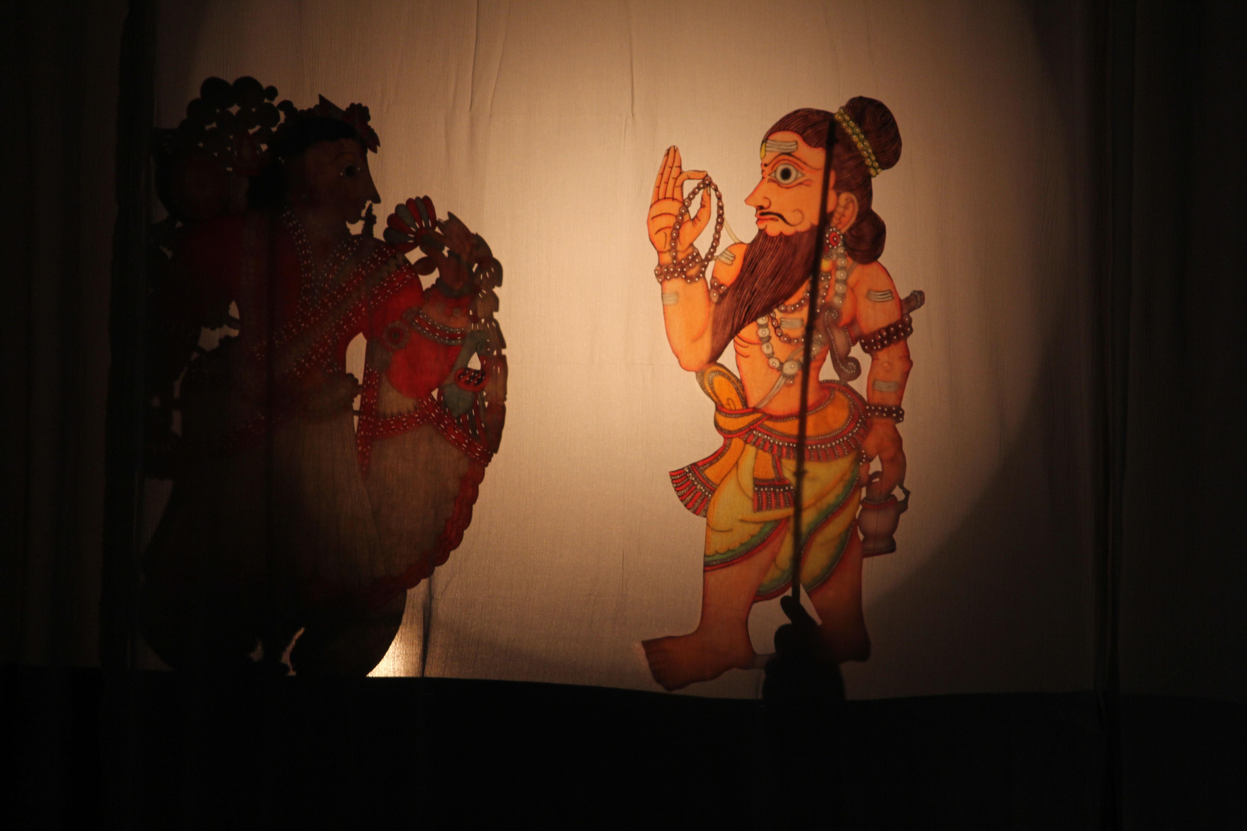 <em>Mahabharata</em> par Katkatha (New Delhi), concept et mise en scène : Anurupa Roy, marionnettistes : Mohammad Shameem, Vivek Kumar, Anurupa Roy, Avinash Kumar, Gunduraju. Marionnettes d'ombres par Gunduraju