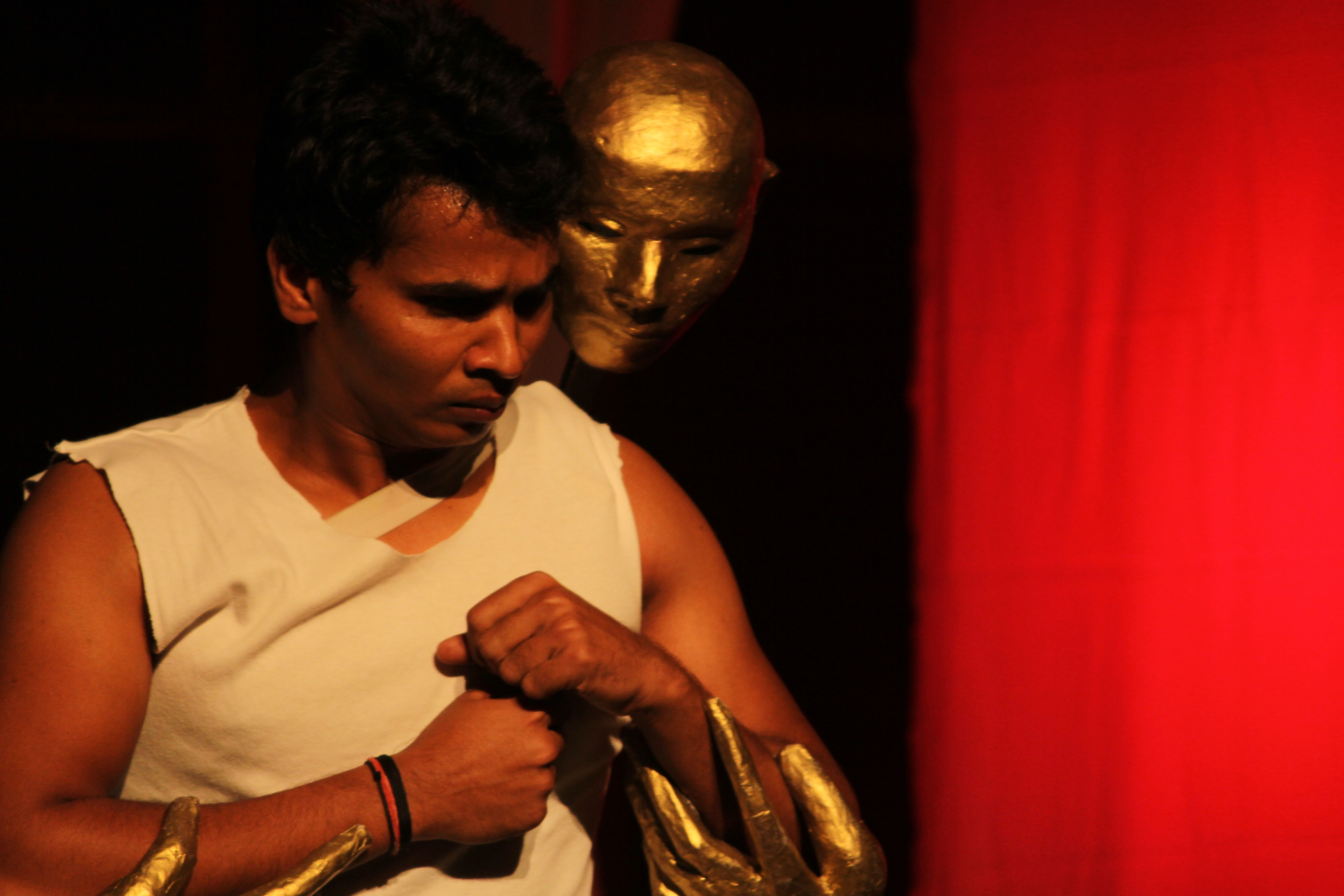 <em>Mahabharata</em> par Katkatha (New Delhi), concept et mise en scène : Anurupa Roy, marionnettistes : Mohammad Shameem, Vivek Kumar, Anurupa Roy, Avinash Kumar, Gunduraju. Acteur et masque