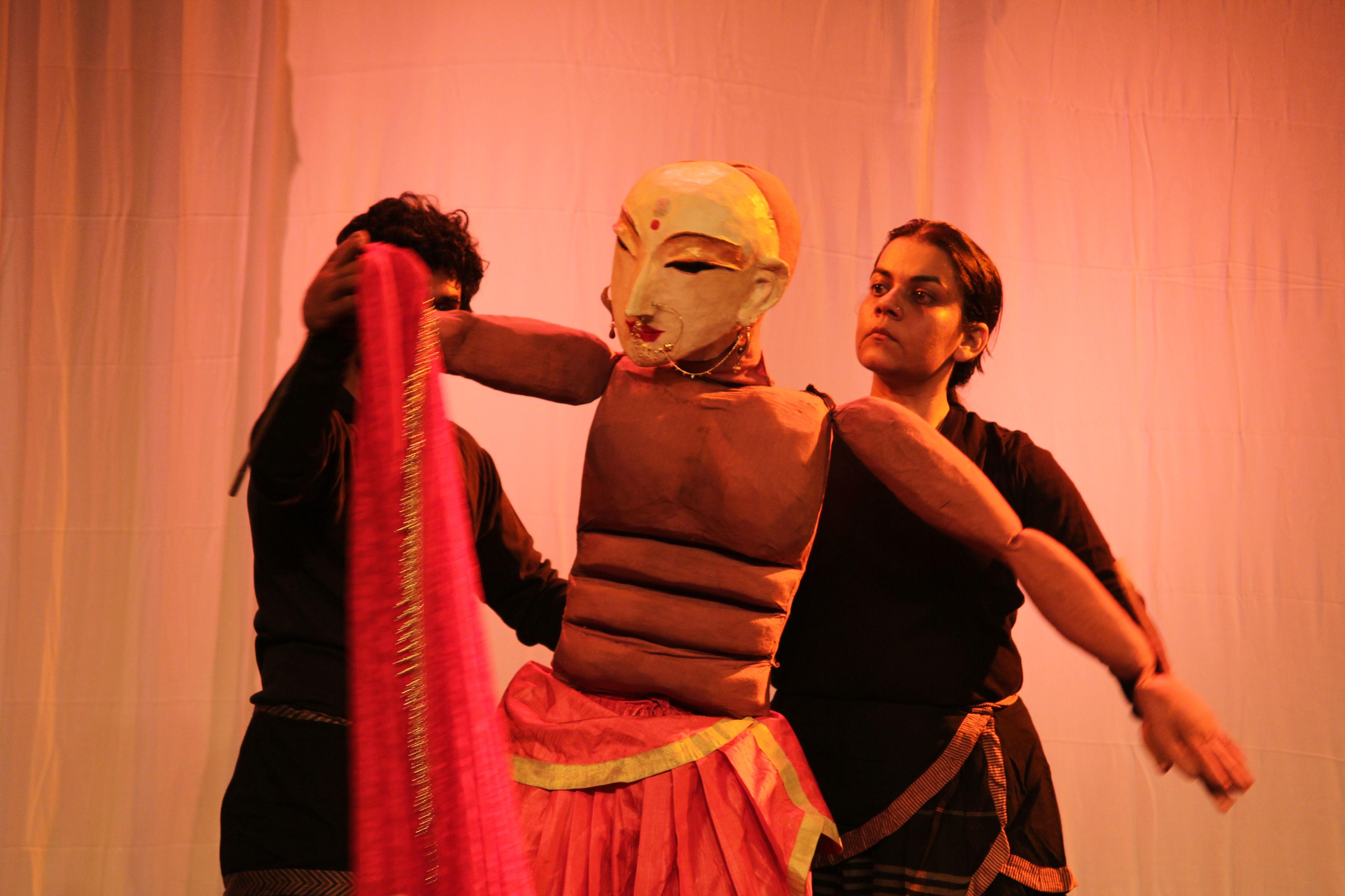 <em>Mahabharata</em> par Katkatha (New Delhi), concept et mise en scène : Anurupa Roy, marionnettistes : Mohammad Shameem, Vivek Kumar, Anurupa Roy, Avinash Kumar, Gunduraju. Grande marionnette à tiges