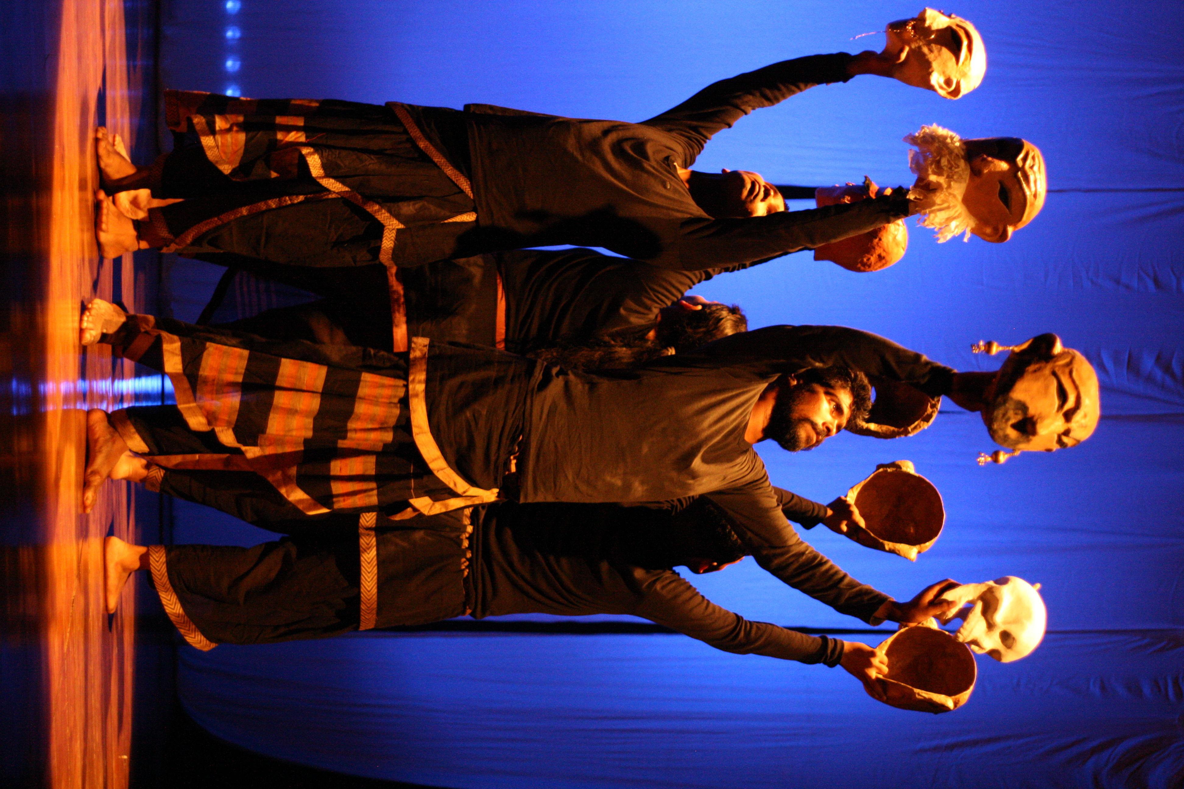 <em>Mahabharata</em> par Katkatha (New Delhi), concept et mise en scène : Anurupa Roy, marionnettistes : Mohammad Shameem, Vivek Kumar, Anurupa Roy, Avinash Kumar, Gunduraju. Acteurs et masques