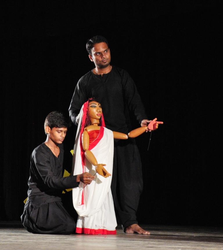 Marionnette à tiges et deux des marionnettistes de Burdwan the Pupeteers (Bardhaman, Bengale occidental) mis en scène par Partha Pratim Paul